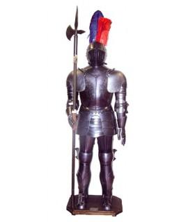 Armatura medievale con un'alabarda