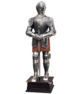 Naturale armatura d'argento con incisioni e spada nelle sue mani