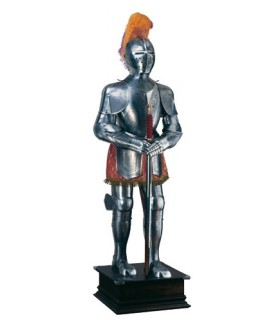 Naturale armatura d'argento con incisioni, pennacchio e spada nelle sue mani