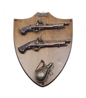 Panoplia di legno con pistole e polvorera